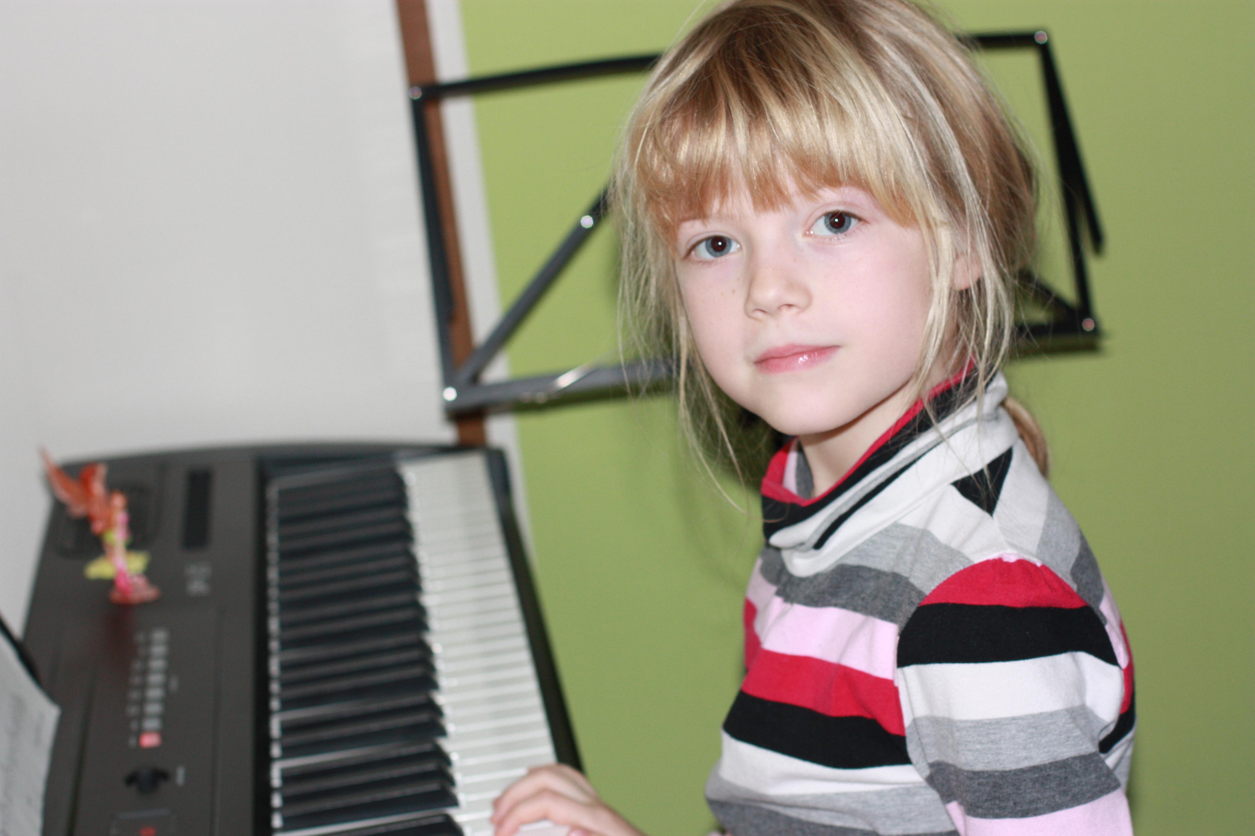 gibt es irgendeine m glichkeit online klavier spielen zu lernen oder kennt jemand eine. Black Bedroom Furniture Sets. Home Design Ideas